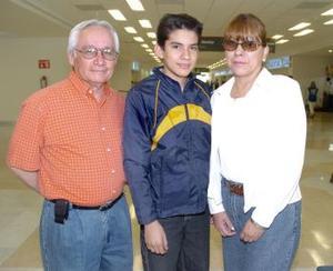 <b>28 de abril</b><p> Enrique, Leticia y Emilio Olloqui viajaron con destino a Cancún.