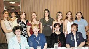 28 de abril  Laura de Estrello en su fiesta de canastilla con amigas y familiares.