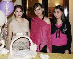 <b>28 de abril </b><p> Rossana Villalobos de Garza en su fiesta de canastilla con Rosana Lazalde de Villalobos y Mariana Villalobos.
