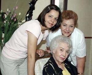<b>28 de abril</b><p> Tan carismática como siempre luce doña Rosy Soto de Palafox en compañía de su nieta Cecilia y su hija Lucero.