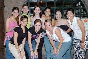 Diana Maricela Daher Pámanes con un grupo de amistades que asistieron a su fiesta de despedida de soltera.