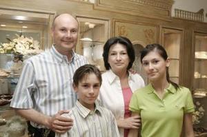 Fernando Treviño Botti y Lourdes Sepúlveda de Treviño con sus hijos Adrián y Gaby.