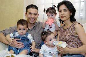 En un dos por tres la familia se multiplicó,. Jesús Alberto y Grethel Zertuche con sus tres angelitos