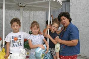 José Manuel, Sara, Alba e Ignacio, con su mamá Cecilia Cardiel de Castro.