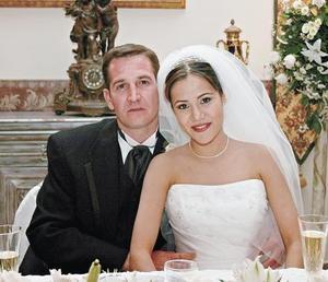 <I>UNEN SU VIDA ANTE AL ALTAR</I><P>Alberto González y Mirna Martínez