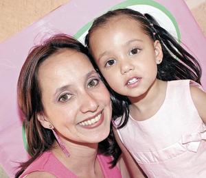 Amanda con su mamá Alicia Martínez de Soto