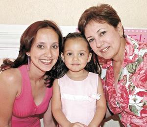 <I>PIÑATA PARA AMANDA</I><P>Alicia Martínez de Soto, Amanda y su abuelita Alicia de Martínez
