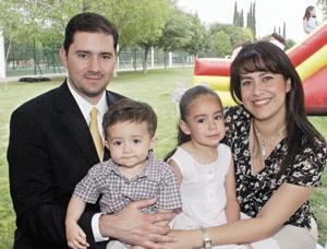Los padrinos de Daniela, Carlos Kuri Becerra, Carmen Castañeda de Kuri con su hijos Fernanda y Carlos