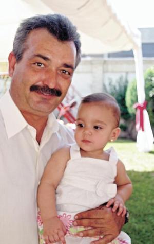 La festejada con su padrino José Sergio Flores Aguirre