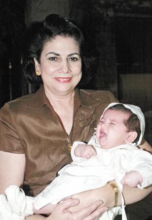 Keta en brazos de su abuela paterna Gabriela Sáenz Herrera