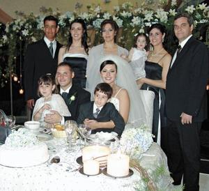 Ricardo Barraza y Mónica Madero de Barraza, Bertha Martínez de Madero, Bertha Madero de Pérez, Humberto Pérez Alonso y los niños Marisol y Humbertito Pérez Madero en brazos de los novios