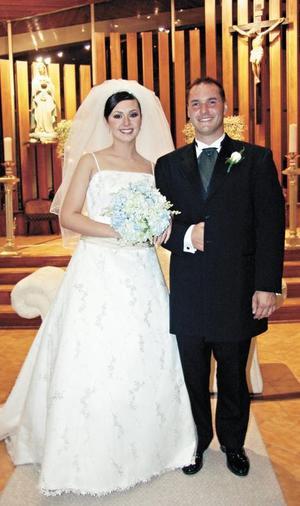 <I>SE DECLARAN AMOR ETERNO</I><P> Brenda y Scott al pie del altar