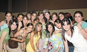 La reina Marisol Papadópulos acompañada de sus amigas.