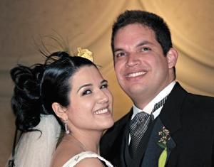 <I>LLEGAN FELICES AL ALTAR</I><P>Los felices novios Cristina y Jorge