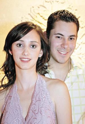 <I>BIENVENIDA A LA FAMILIA</I><P>Los novios Carlos Cantú Quintero y Ángela María Aguilar