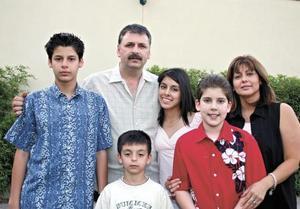 <I>FIESTA DE XV AÑOS</I><P>La quinceañera con sus padres y hermanos Teofilo Murra Giacoman, Jaqueline Ávalos de Murra, Toufik, Yessú y Said