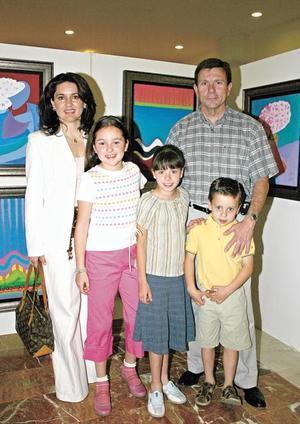 Carlos González, Lucy Cuesta de González disfrutando en arte con sus hijos Sofía, Diego y Pily