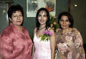 Hortensia Mora Cervantes acompañada por Laura Martínez de Moya y Apolonia Cervantes de Mora, en la despedida de soltera que le organizaron por su cercano matrimonio con Javier Moya.