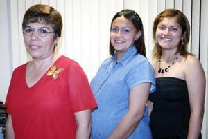 <b>01 de mayo </b> <p> Yolanda Patricia Garc÷ia D÷avila fue festehada con una fiesta de regalos por el pr÷oximo nacimiento de  su bebé