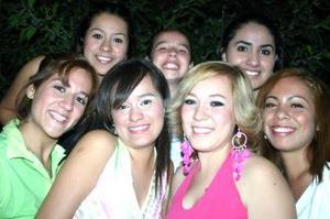 Araceli Divannet Velázquez Villa festejó su cumpleaños con agradable convivio, acompañada de Judith, Karina, Janeth, Bibiana, Paulina, y Gabriela.