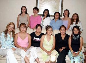 Berna Isadora Martínez Sánchez contraerá matrimonio el p´roximo 14 de mayo por lo que le organizaron una fiesta de despedida de soltera.