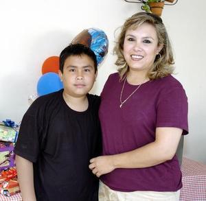 Alfredo Medina Valadez en compañía de su mamá, la Sra. Norma Isela Valadez Domínguez.