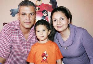 José Fuad David Romo  junto a sus papás, José Fuad David Vega y Rosy Romo.