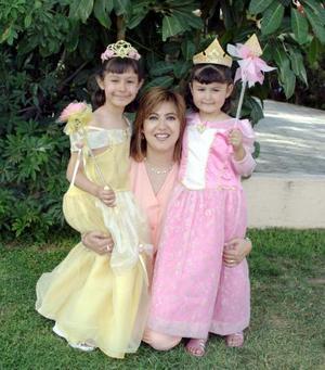 María Paula Carrillo Giraldez festejó su cuarto cumpleaños en compañía de su hermana María Fernanda y su mamá