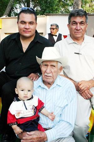 Pedro Castañeda Frayre, Juan Francisco Castañeda Carrizal, Juan Francisco Castañeda Mata y Adams Castañeda Sánchez, forman parte de cuatro generaciones.