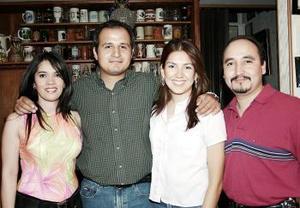-Margarita Huerta y Carlos Nava acompañados por sus amigos Aracely de Luviano y José Luis Luviano, quienes les ofrecieron una despedida de solteros