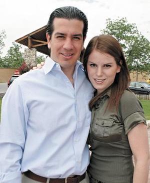 Omar Álvarez y Lupita Estrada de Álvarez.