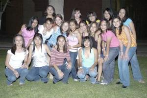 Karen Vargas Suárez del Río, acompañada por un grupo de amigas en su fiesta de cumpleaños.