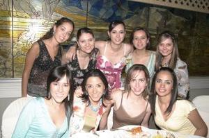 Katia Valenzuela Guerrero acompañada de amigas, en la despedida de soltera que le organizaron .