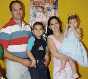 Nicole y Enrique Guzmán Herrera junto a sus papás, Enrique Guzmán y Teresa Herrera, en la fiesta de cumpleaños que le organizaron.