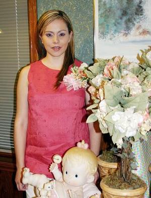 Lourdes Ramírez de Rodríguez captada en la fiesta de canastilla que le organizaron .