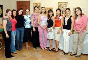 Brenda Madero Martínez en compañía de amaistades el día de su fiesta de despedida de soltera.