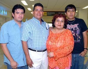 Jesús Ruvalcaba viajó a Cancún y lo despidieron  Cristy Valenzuela, Héctor y Jesús Ruvalcaba.