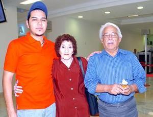 <b>03 de mayo </b> <p> María del Refugio Aguilera y Carlos Arias viajaron a Nueva Jersey y los despidió un familiar.