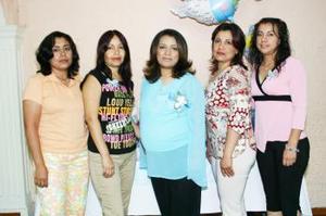 <b>04 de mayo </b><p> Yadira Arteaga Gallardo, en la fiesta de canastilla que le ofrecieron un grupo de amistades