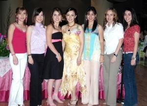 Marcela Sánchez Pámanes en compañía de amistades el día de su fiesta de despedida.