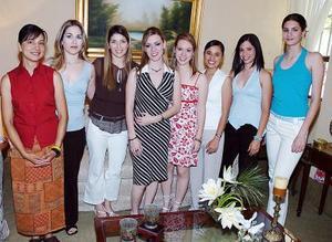 Odila Vargas Villarreal acompañada de un grupo de amigas en su despedida de soltera