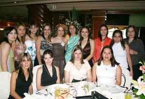 Liliana Villanueva Ponce acompañada de sus amistades el día de su fiesta de despedida de soltera.