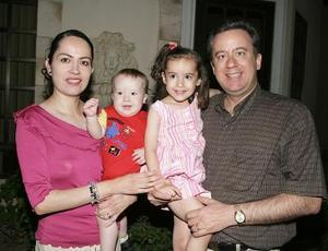 Fernandito con sus papás, Fernando y Norma y su hermana Ana Cecilia.