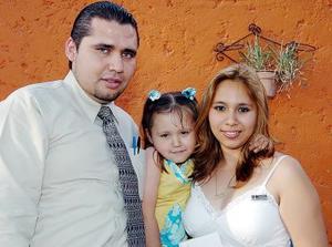 Melissa Zermeño Fernández junto a sus papás el día de su fiesta.
