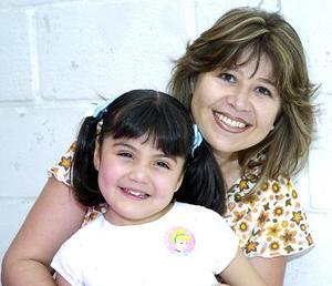 Sofía Jimena Jiménez junto a su mamá, Mónica Miranda de Jiménez.