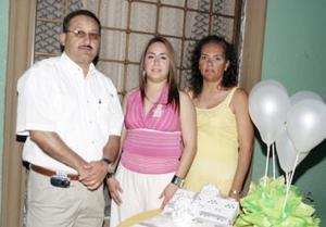 <b>05 de mayo </b><p> Con motivo de su cercano matrimonio, Luz Judith Hernández González fue despedida de su soltería en una fiesta que le organizaron Antonio González y Patricia González