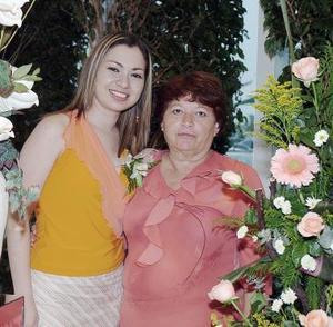 Meyssi Romero Magallanes en compañía de su mamá, Evangelina Magallanes de Romero, quien le ofreció una despedida de soltera