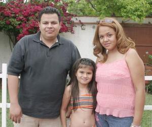 Aymé Valdez con sus papás, Iván Valdez y Claudia Valdez