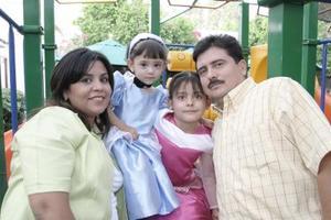 María Alejandra Marroquín en compañía de su familia el día de su cumpleaños.