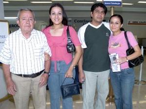 Corina y Beatriz Medina viajaron a Puerto Vallarta, los dfespidieron Francisco Medina y Antonio Ortiz.